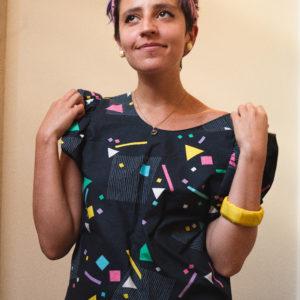 La blouse recto / verso est un modèle unique upcycling. En plus elle se porte de différentes manières car n'a pas de devant ni de dos.