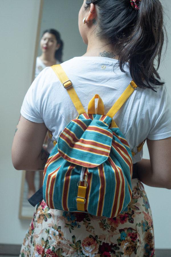 Sac à dos avec une poche intérieur, hanses ajustables assorties au rabat. Modèle réalisé à partir de chutes de tissu, c'est un modèle upcycling unique.