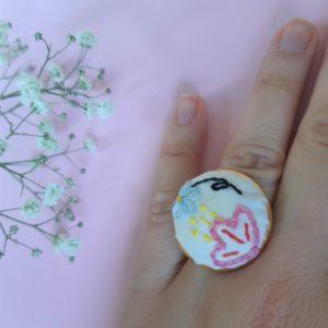Bague a fleurs brodée entièrement réalisée à la main sur un support en laiton argenté / doré. Réalisé dans des chutes de tissu, c'est un modèle unique.