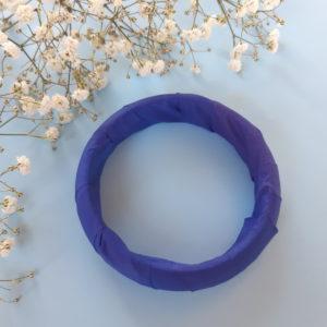 Jonc en bois recouvert d'un ruban bleu. Article upcycling : le bracelet a été entièrement créé avec des produits seconde main.