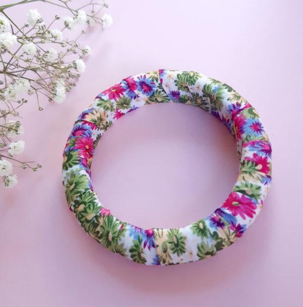 Jonc en bois recouvert d'un ruban liberty rose et vert. Article upcycling : le bracelet a été entièrement créé avec des produits seconde main.