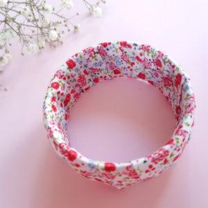 Jonc en bois recouvert d'un ruban liberty rose. Article upcycling : le bracelet a été entièrement créé avec des produits seconde main.