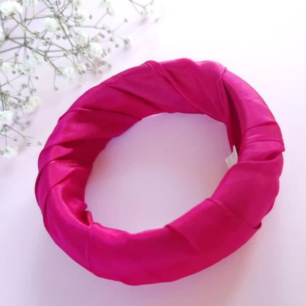 Jonc en bois recouvert d'un ruban rose. Article upcycling : le bracelet a été entièrement créé avec des produits seconde main.