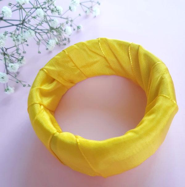 Jonc en bois recouvert d'un ruban jaune. Article upcycling : le bracelet a été entièrement créé avec des produits seconde main.