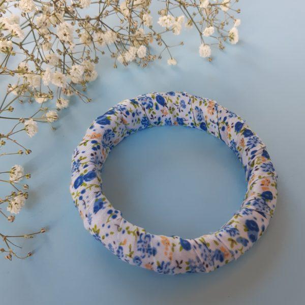 Jonc en bois recouvert d'un ruban liberty bleu. Article upcycling : le bracelet a été entièrement créé avec des produits seconde main.