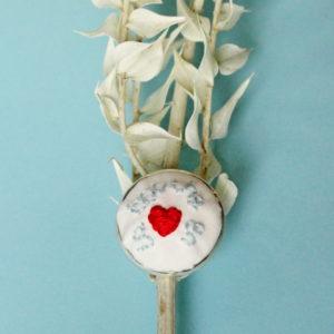 """Bague brodée entièrement réalisée à la main sur un support en laiton argenté / doré. C'est un modèle unique sur lequel est inscrit """"La bouche en coeur""""."""