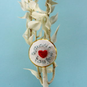 """Bague brodée entièrement réalisée à la main sur un support en laiton argenté / doré. Il est inscrit """"Amour toujours"""". C'est un modèle unique."""